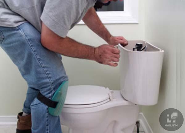 Sửa chữa bồn cầu rỉ nước ở bể chứa